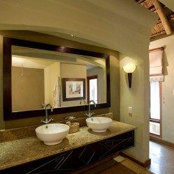 Dugong Beach Lodge En suite bathroom